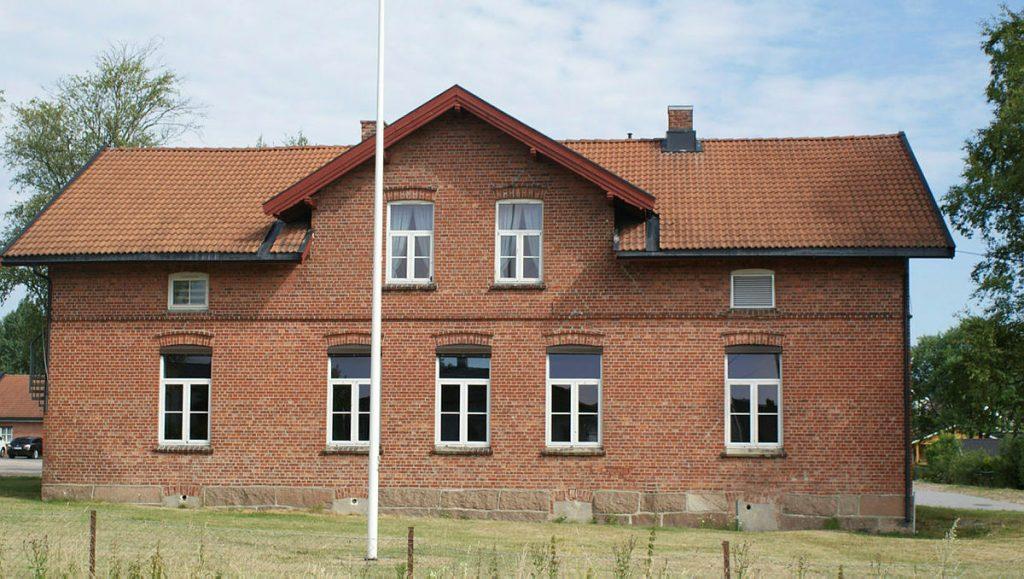 Dette bildet mangler alt-tekst; dets filnavn er gamleskolen-Spikkestad-1024x579.jpg